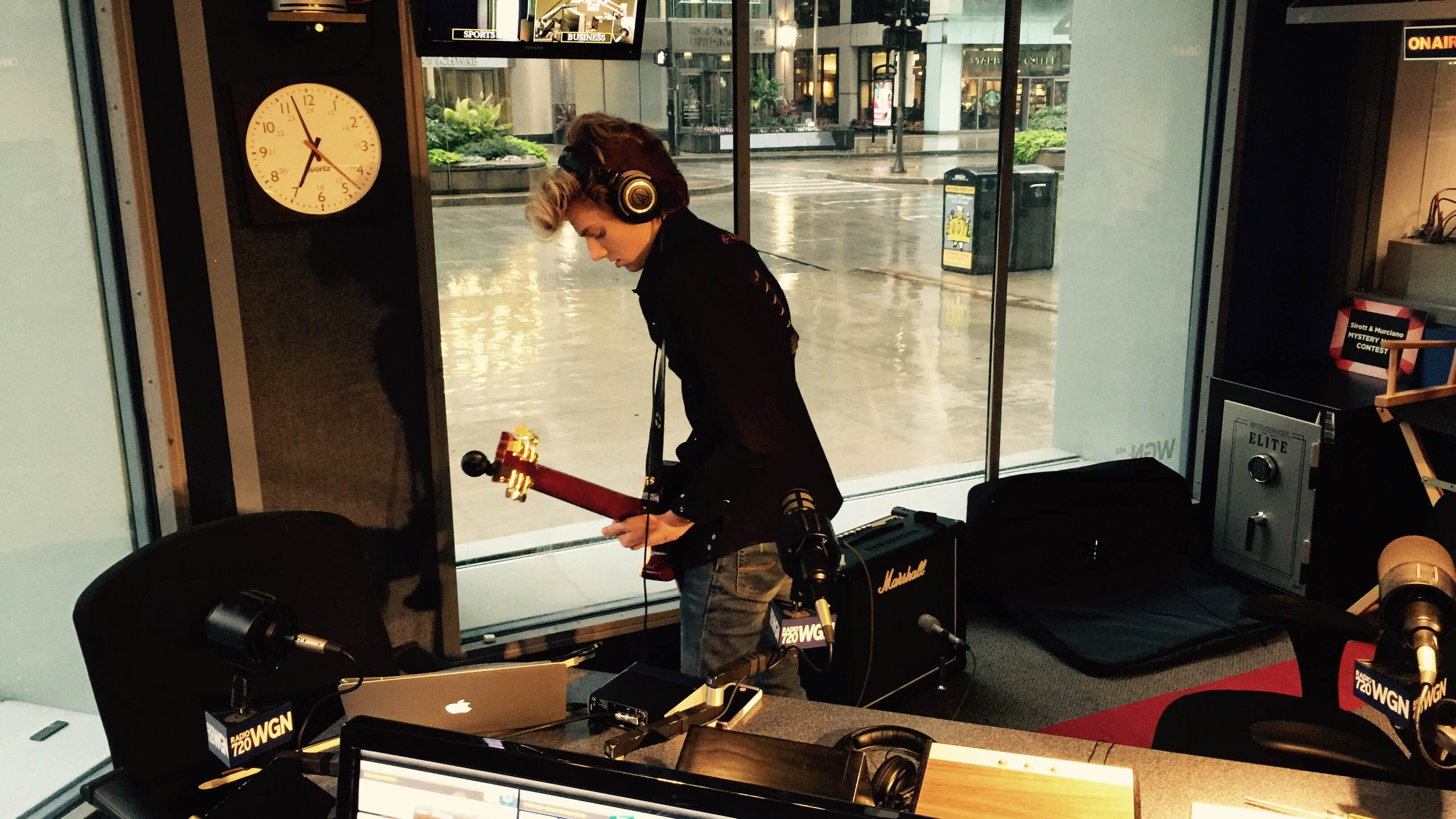 Reade Widman jams a tune from his new Syzygy record on a rainy Chicago Saturday morning.